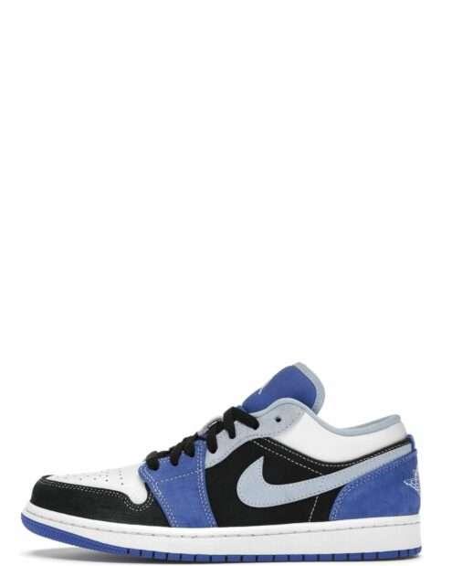 """Den blå/sorte/hvide sneaker Jordan 1 Low """"Black Blue White"""" er en lækker sneaker i høj kvalitet med en farvekombination, som giver et solidt touch til din påklædning"""